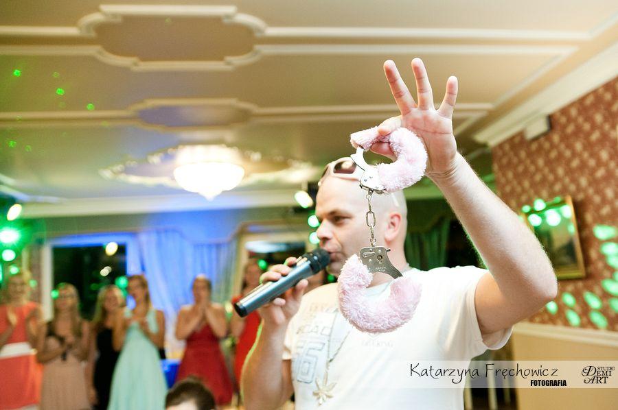 Fotograf na wesele Bielsko-Biała różowe kajdanki jako akcesoria do zabaw weselnych