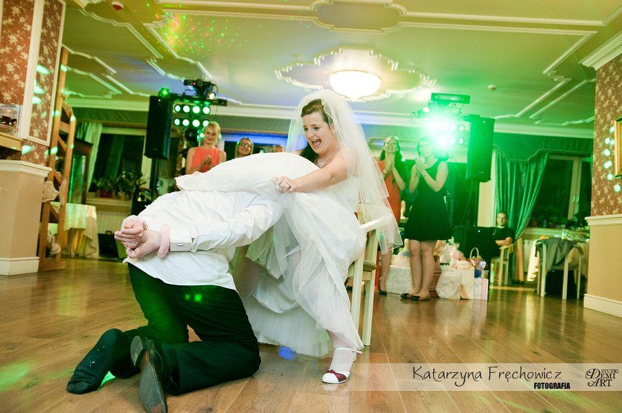 Fotograf na wesele Bielsko-Biała para młoda podczas zabaw wymyślonych przez zespół