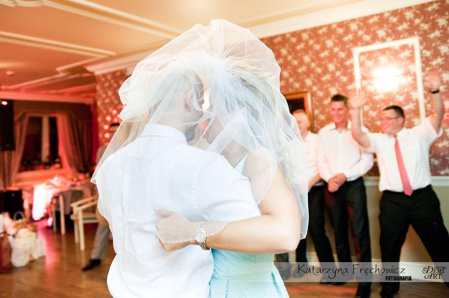 Fotograf na wesele Bielsko-Biała welon panny młodej posłużył za zasłonkę podczas tańca