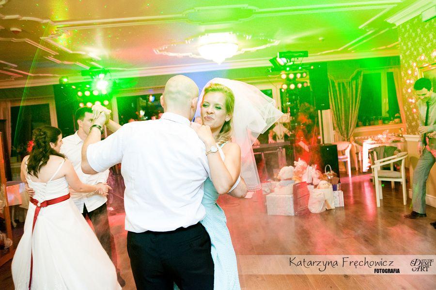 Fotograf na wesele Bielsko-Biała taniec gości weselnych razem z welonem panny młodej