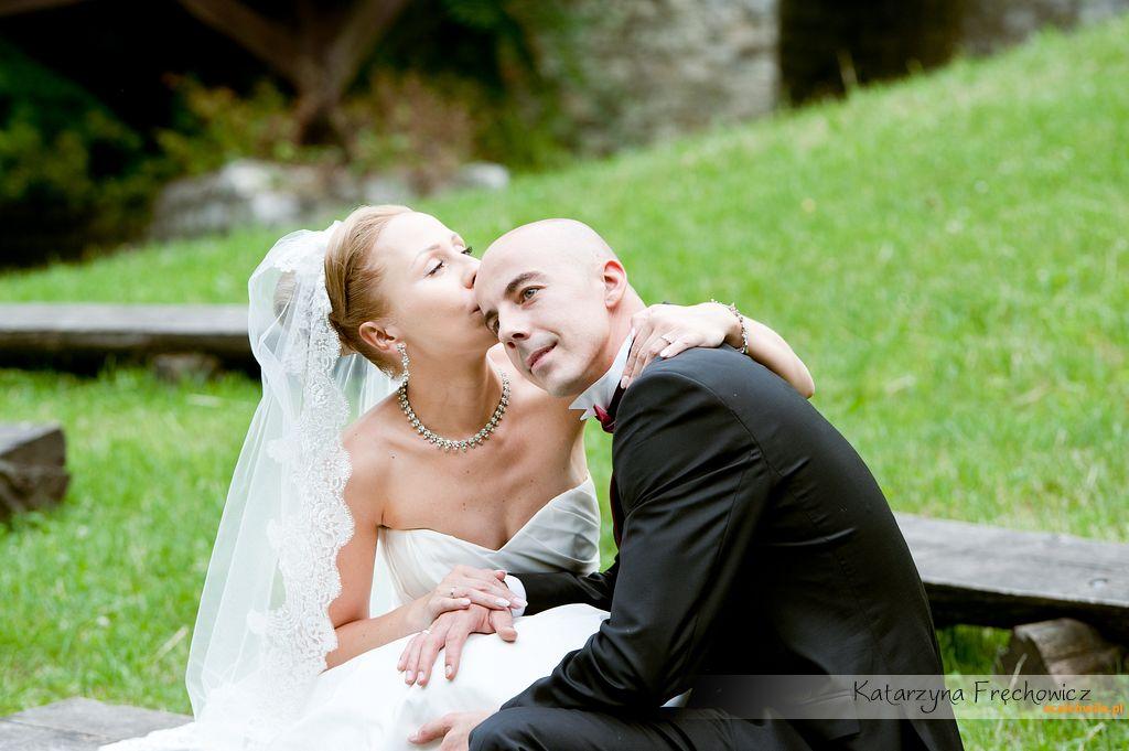 pocałunek na sesji plenerowej